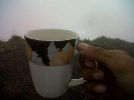 secangkir kopi dan kabut