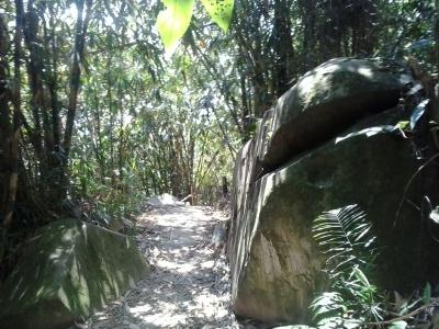 bebatuan di jalur gunung Lembu